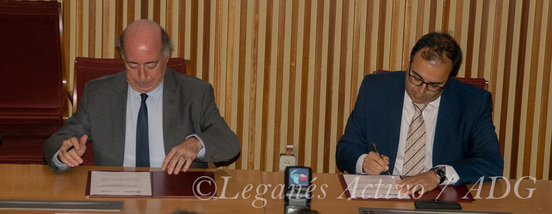 El alcalde de Leganés, Santiago Llorente, y el rector de la Universidad, Carlos Romo