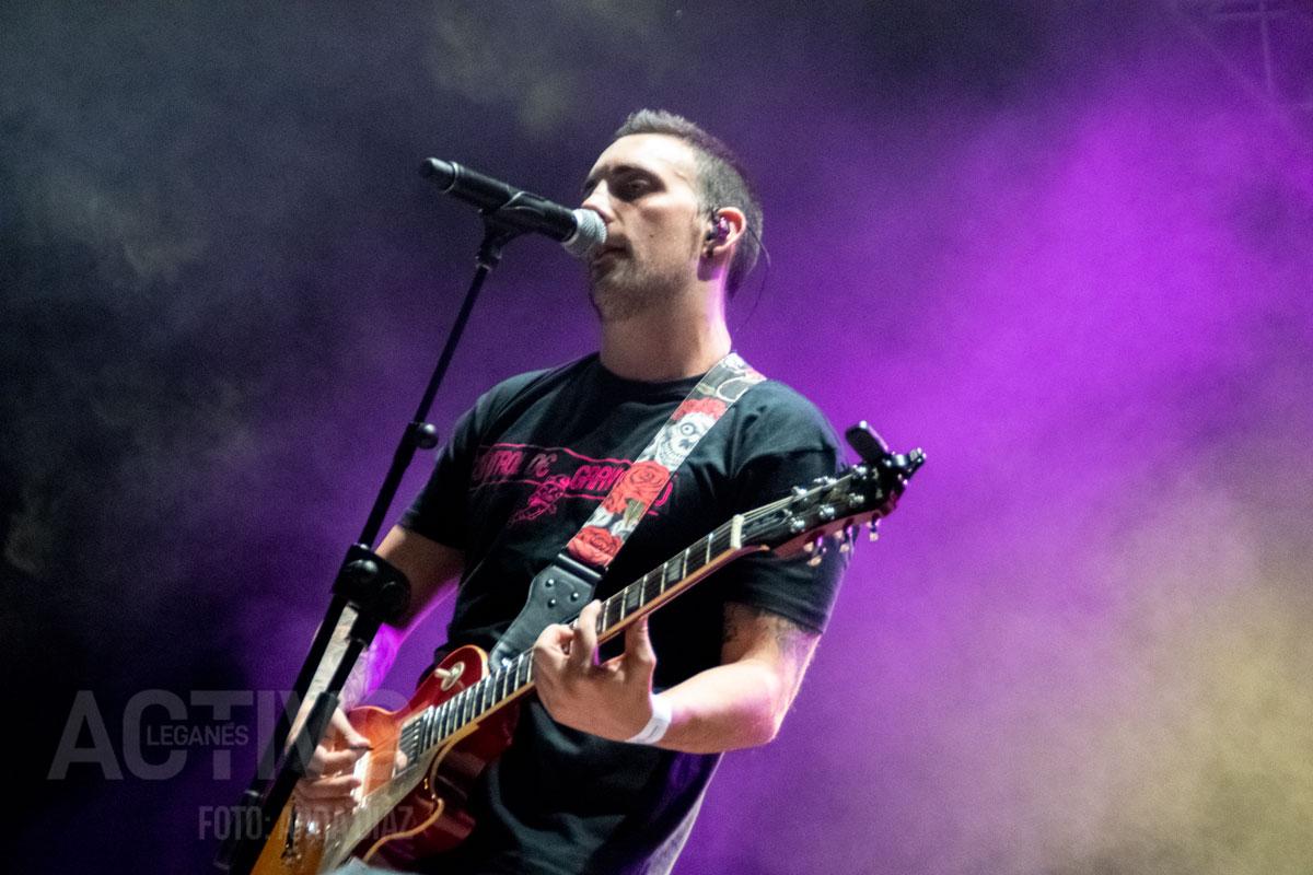 Iván, vocalista de Control de Gravedad durante el concierto en Leganés