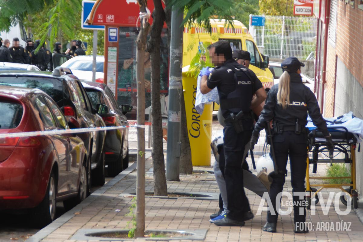 La Policía Nacional se lleva al detenido por secuestro de su ex pareja.