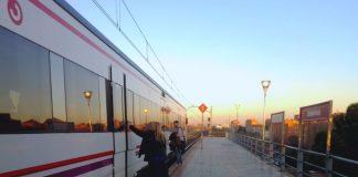 Viajeros entrado en el tren de Cercanías Renfe en Zarzaquemada
