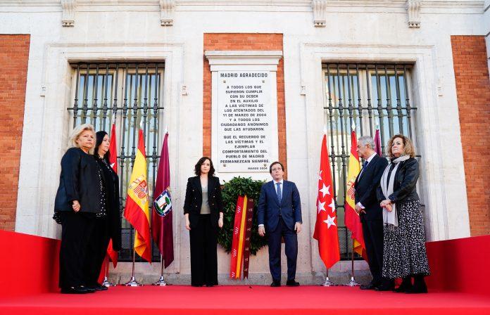 Díaz Ayuso y Martínez-Almeida depositan una corona de laurel en recuerdo a las víctimas del 11m