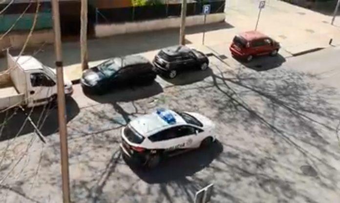 Coche de policía de Leganés patrulla por las calles de La Fortuna