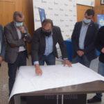 el alcalde indicando las calles afectadas por el Plan Impulsa